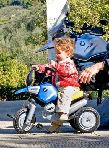 Livia på sin første trehjulsykkel, spesialbestilt fra BMW