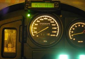 Klolkken er halv seks, det er 13 grader, vi har 130.000 km på telleren, 1100 rpm på tomgang og full tank.  Kan man be om mer?