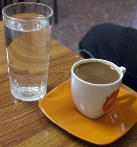 Gresk kaffe serveres med vann